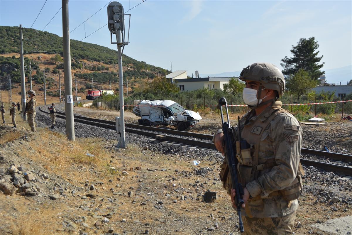 GÜNCELLEME – Gaziantep'te lokomotif hafif ticari araca çarptı: 2 ölü, 1 yaralı