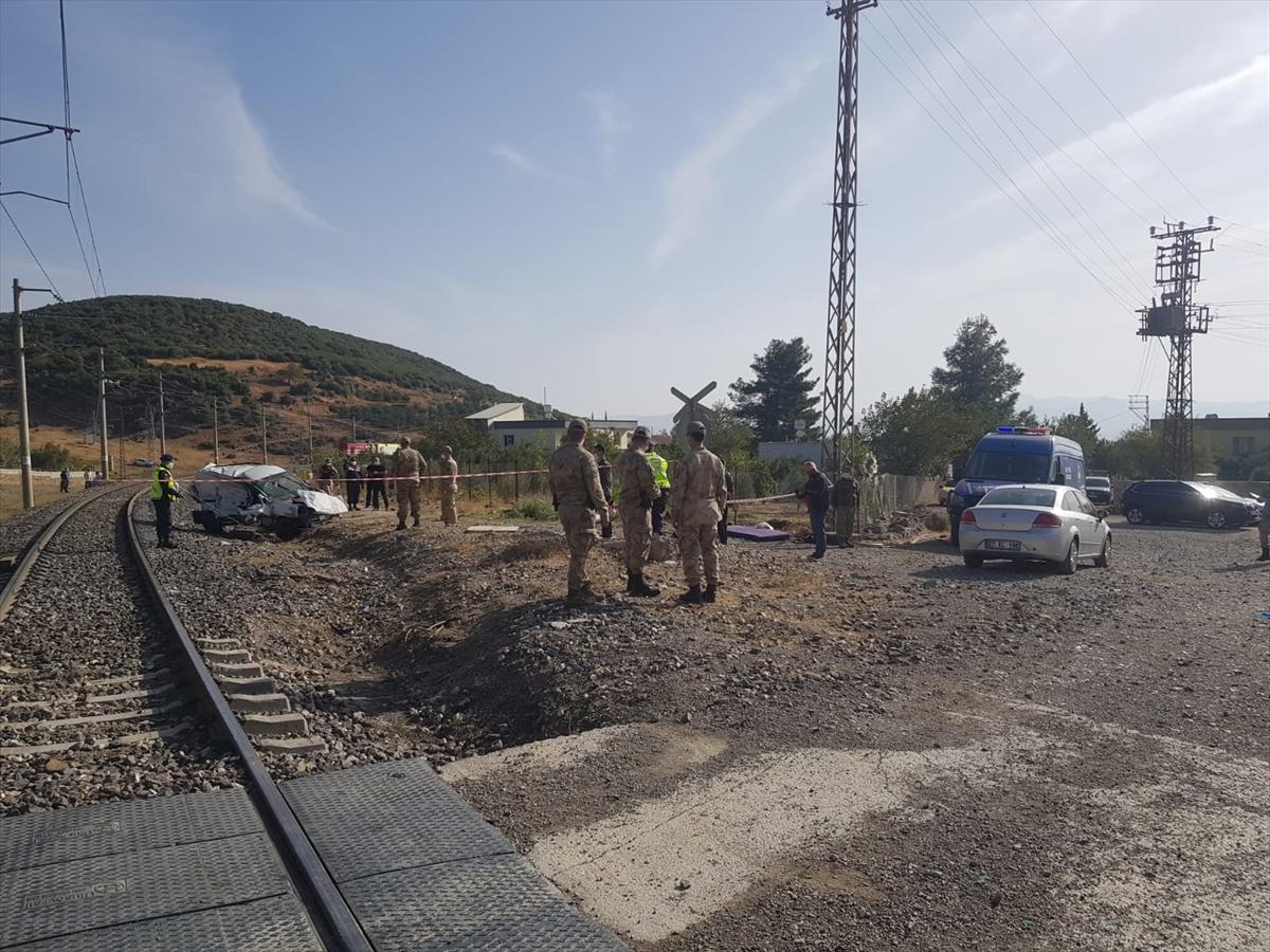 Gaziantep'te lokomotif hafif ticari araca çarptı: 3 yaralı