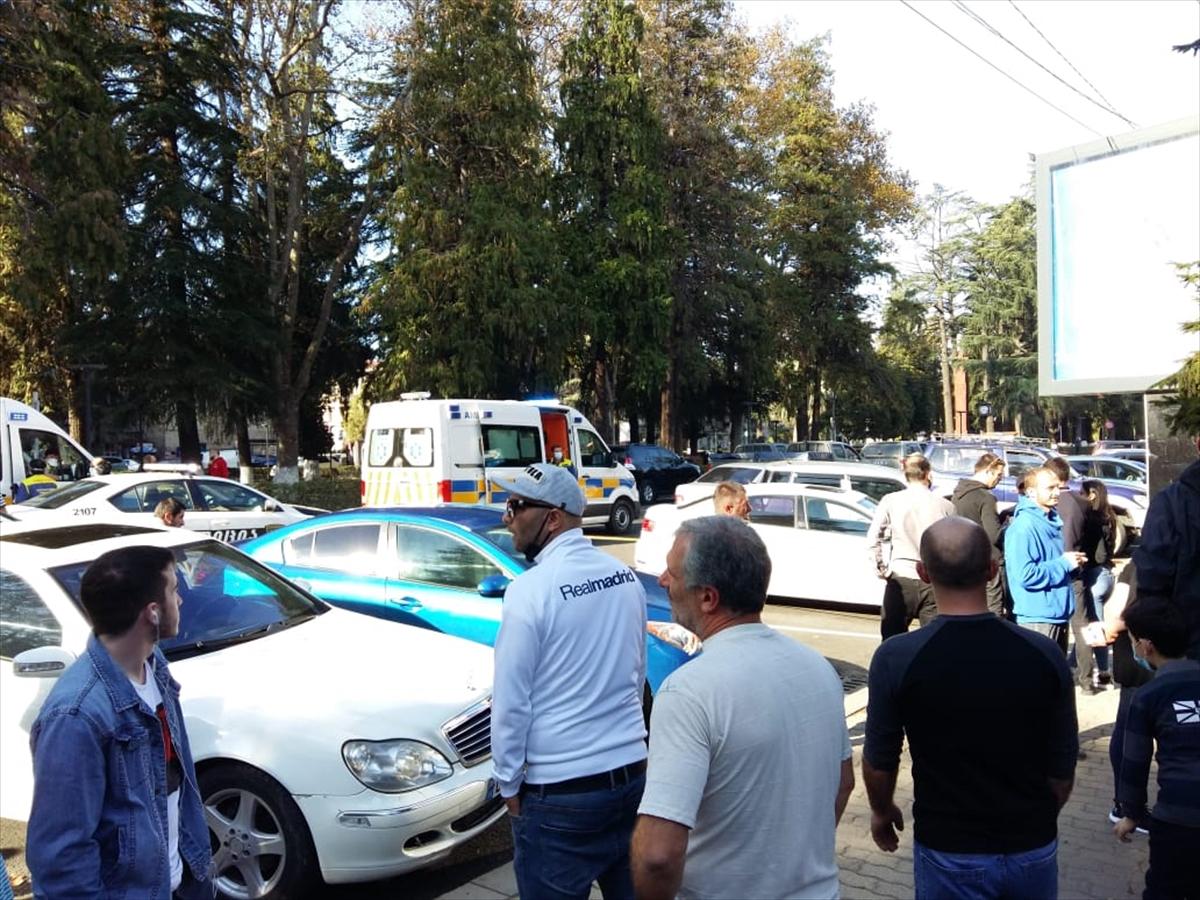 Gürcistan'da banka soymaya çalışan saldırgan, çok sayıda kişiyi rehin aldı