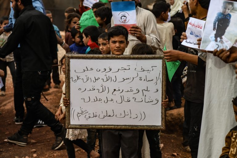 İdlib'de halk Fransa'yı protesto etmek için sokağa indi