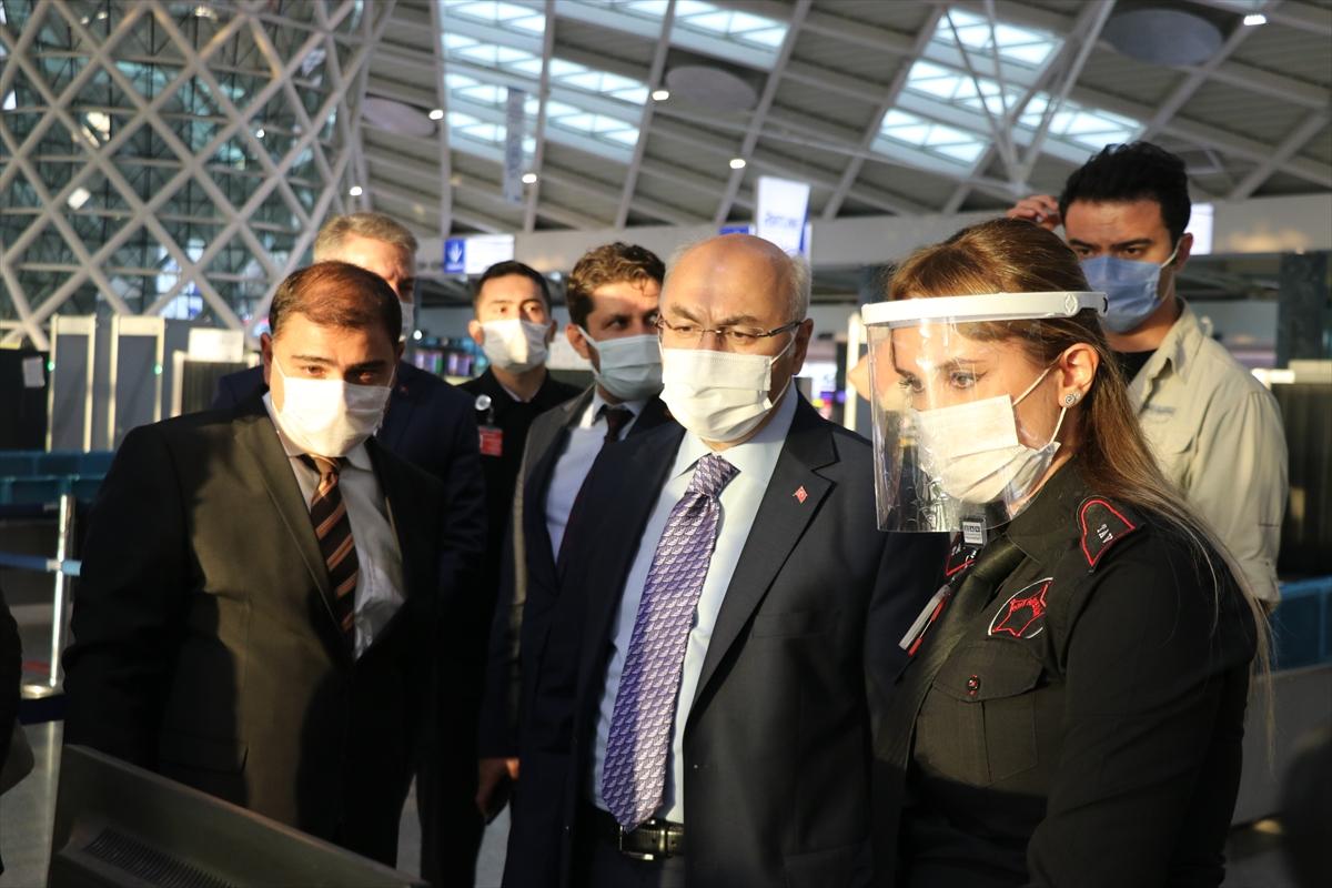 İzmir Valisi Köşger Adnan Menderes Havalimanında Kovid-19 denetimine katıldı: