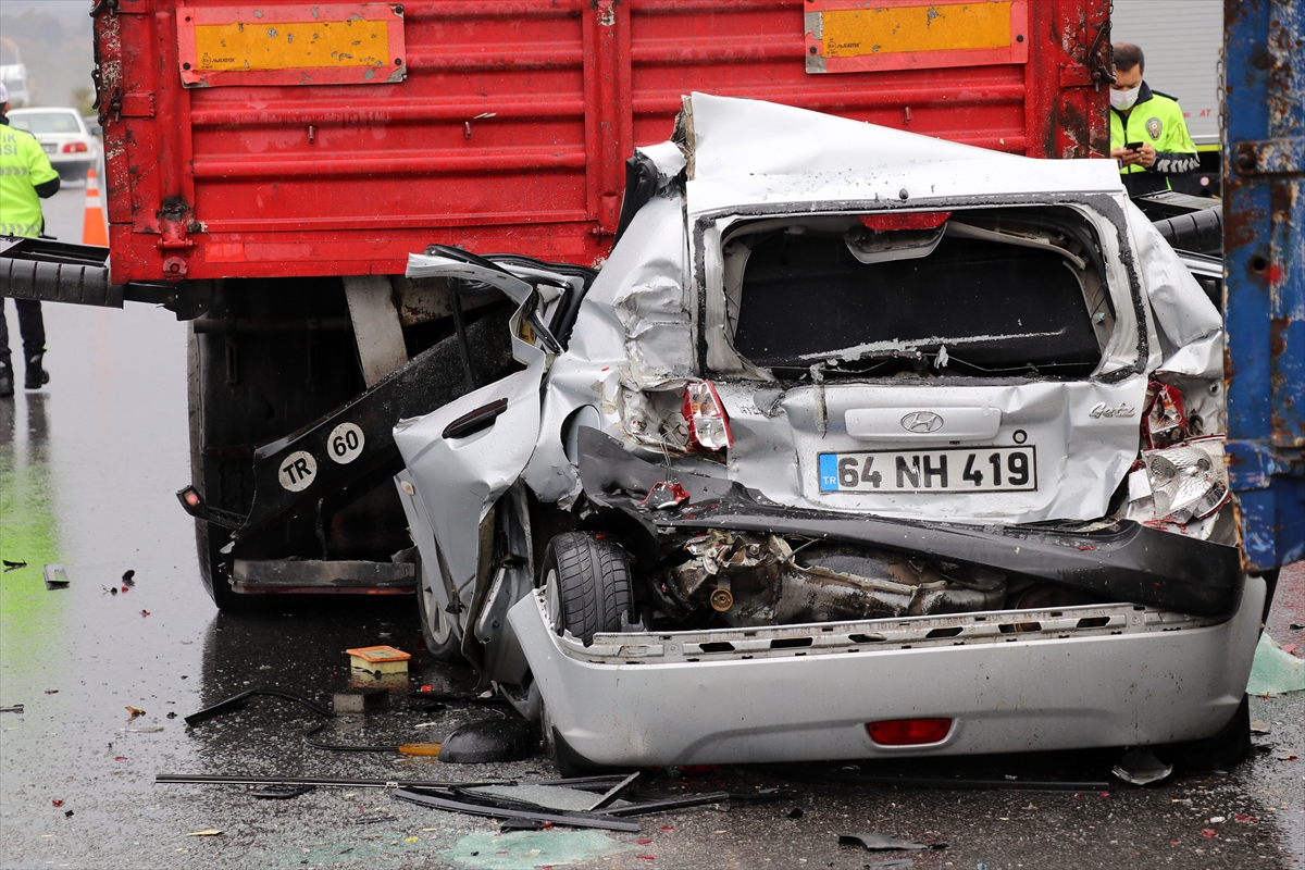 İzmir'de 9 aracın karıştığı zincirleme trafik kazasında 10 kişi yaralandı