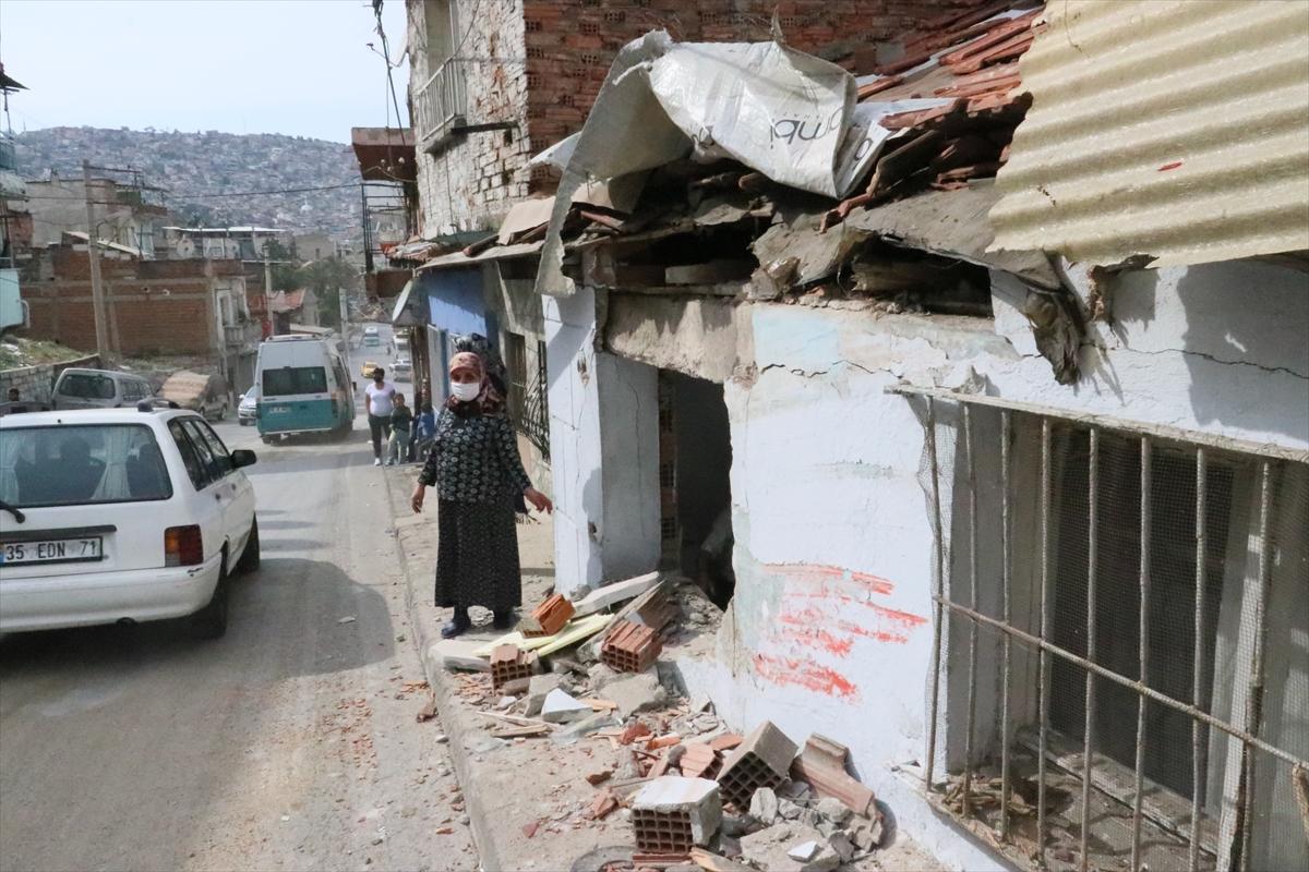 İzmir'de belediye otobüsü evlere çarptı: 6 yaralı
