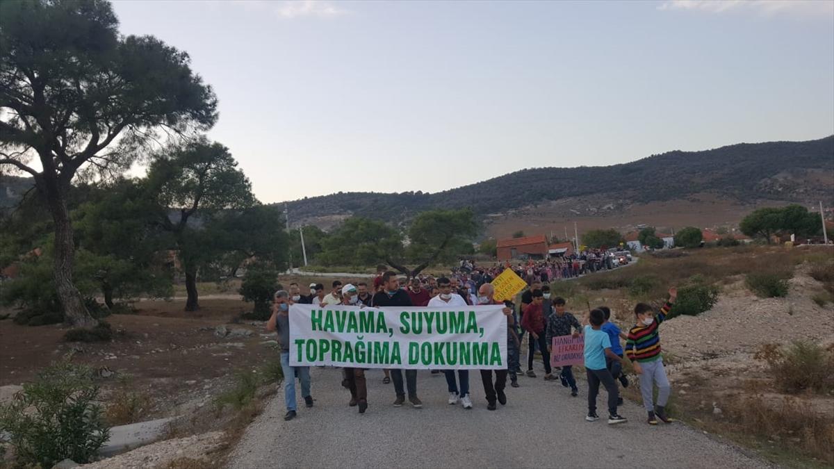 İzmir'de vatandaşlardan ağaç kesimine tepki