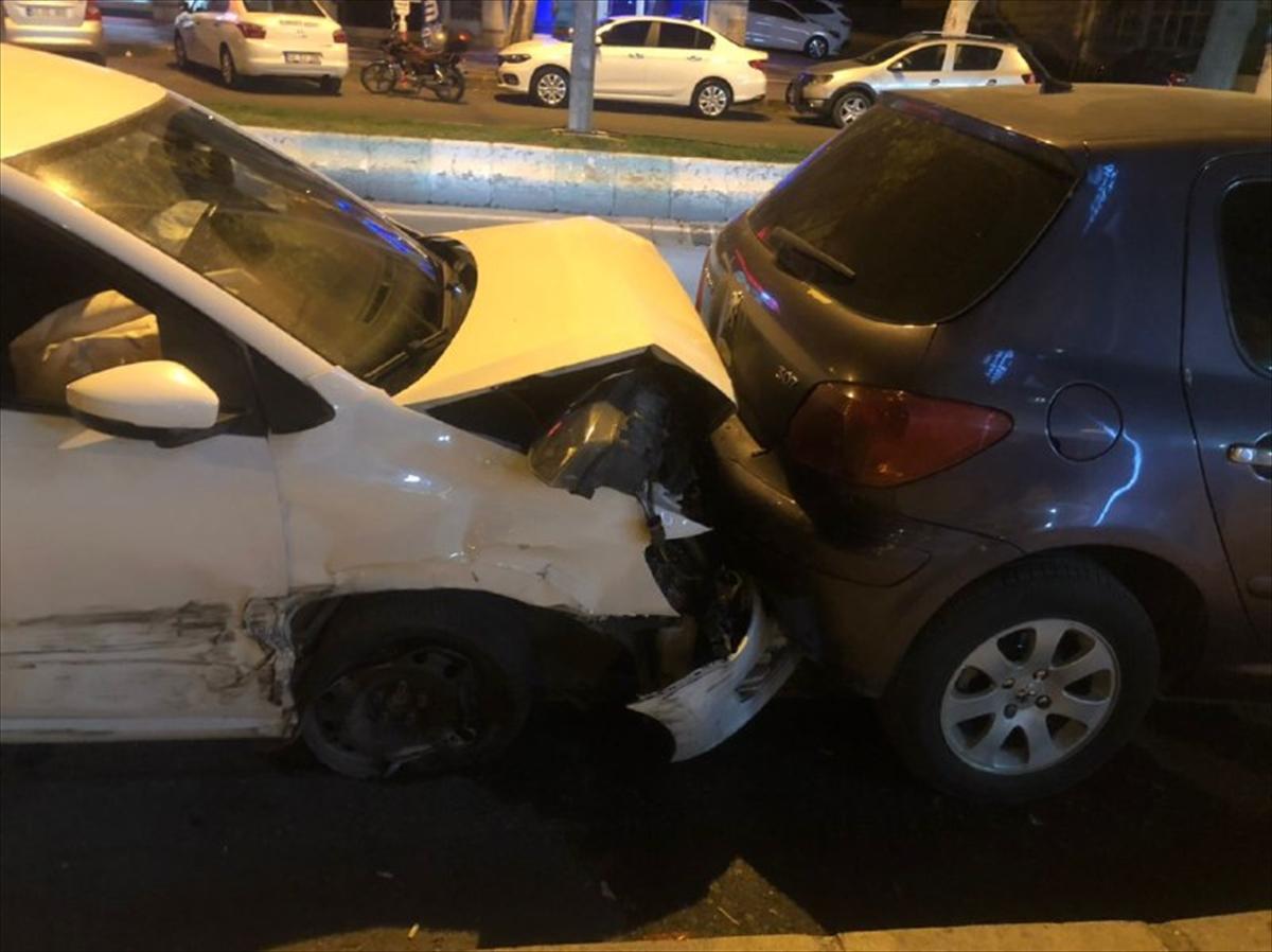 Kahramanmaraş'ta ehliyetsiz sürücünün kullandığı otomobil 6 araca çarptı