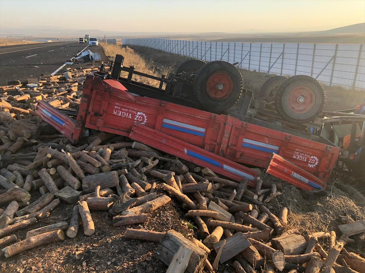 Kars'ta tanker ile odun yüklü traktör çarpıştı: 2 yaralı