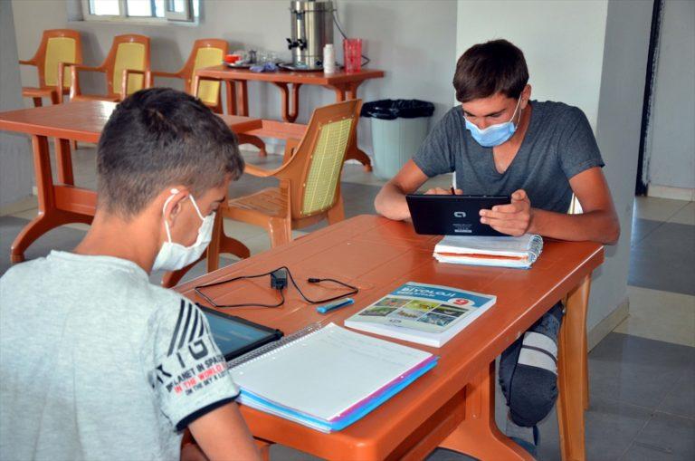 Köy muhtarı öğrenciler için taziyeevini sınıfa dönüştürdü