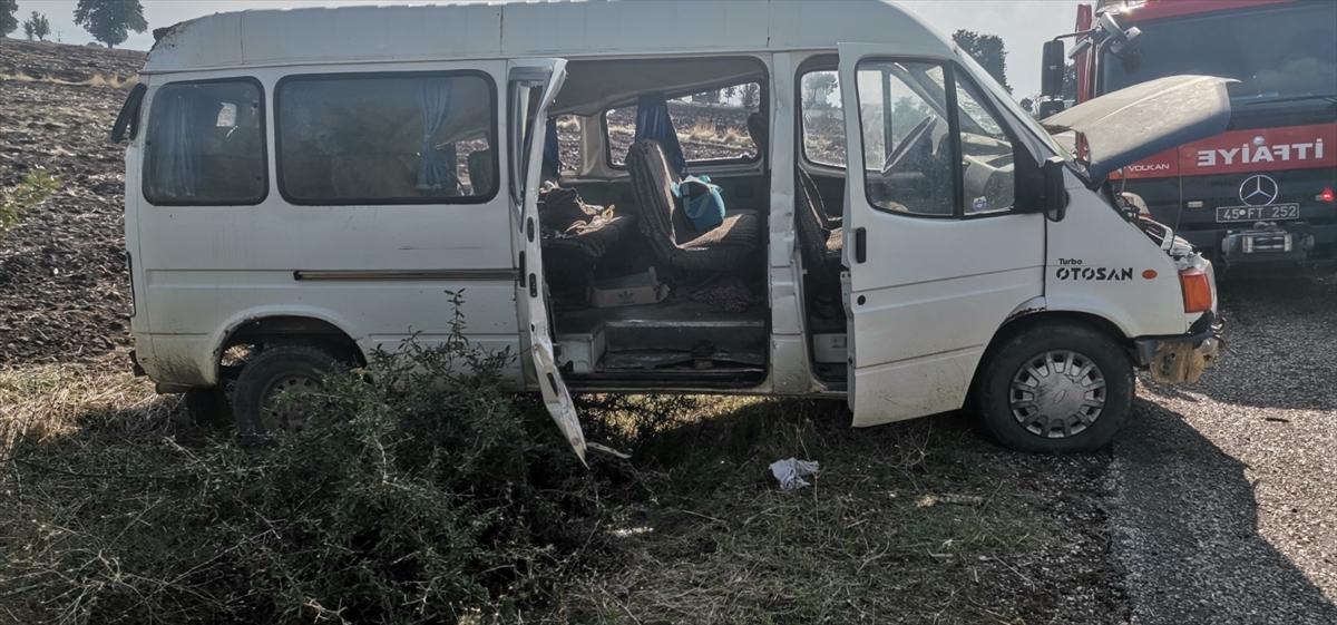 Manisa'da minibüsün devrilmesi sonucu 5 kişi yaralandı