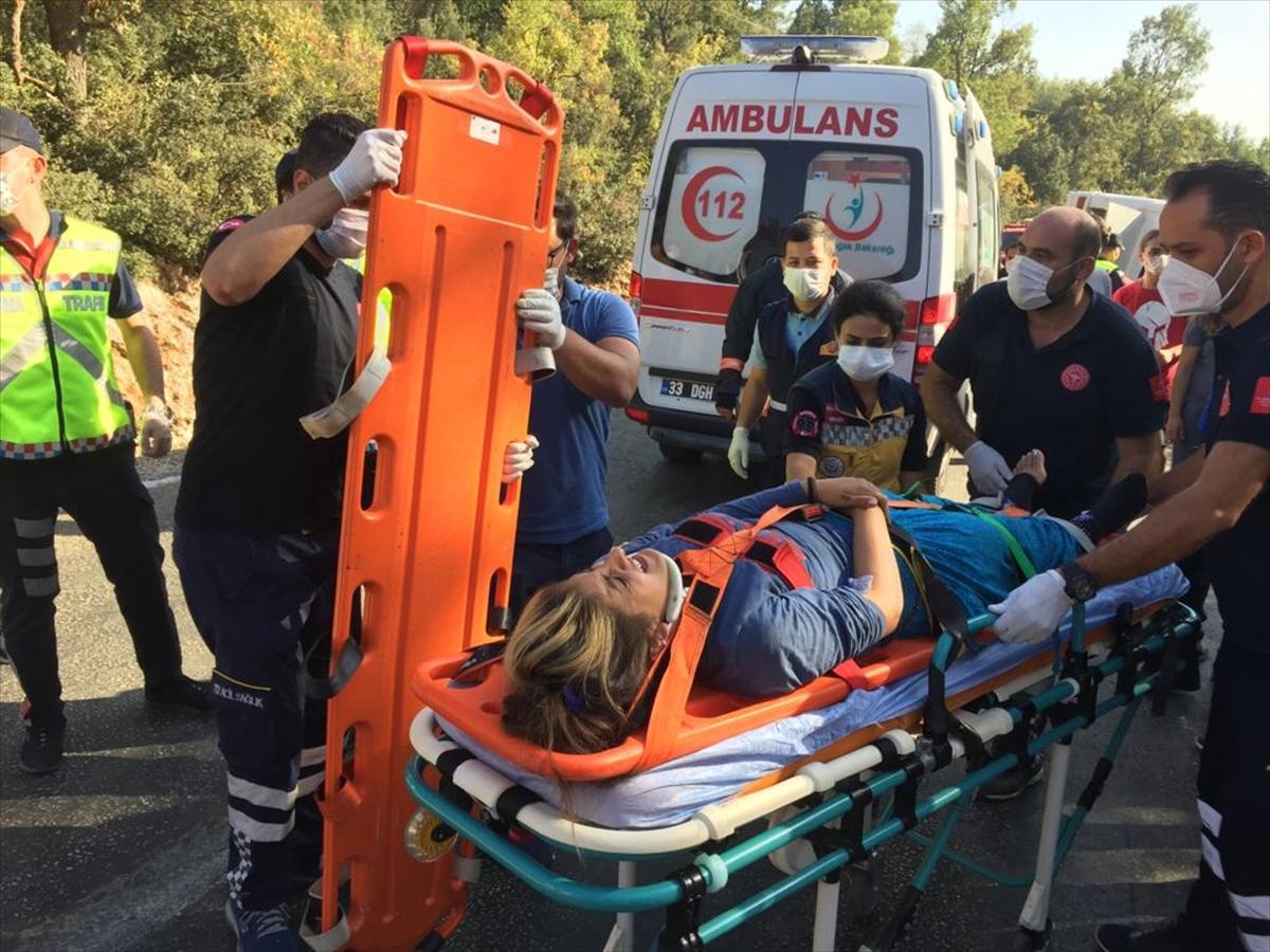 Mersin'de tarım işçilerini taşıyan midibüs devrildi: 1 ölü, 34 yaralı