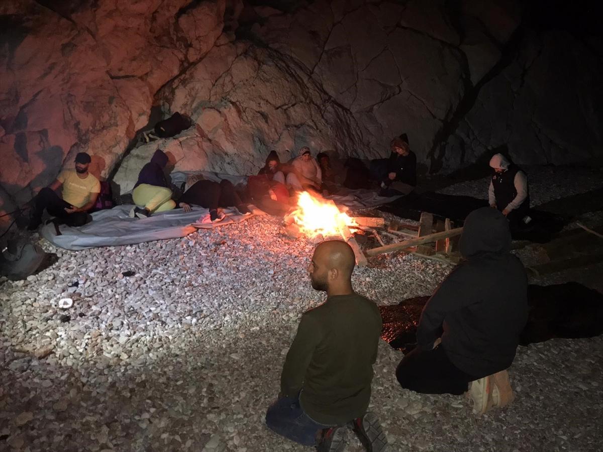 Muğla'da koyda mahsur kalan 12 sığınmacı kurtarıldı