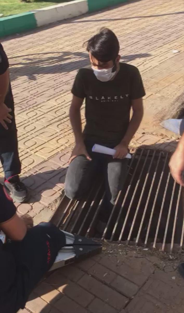 Şanlıurfa'da ayağı mazgala sıkışan genci itfaiye kurtardı
