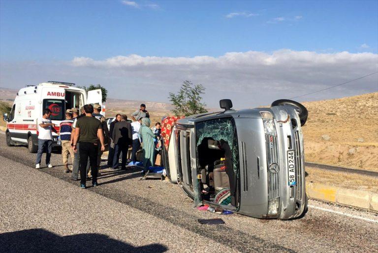 Sivas'ta hafif ticari araç devrildi: 8 yaralı