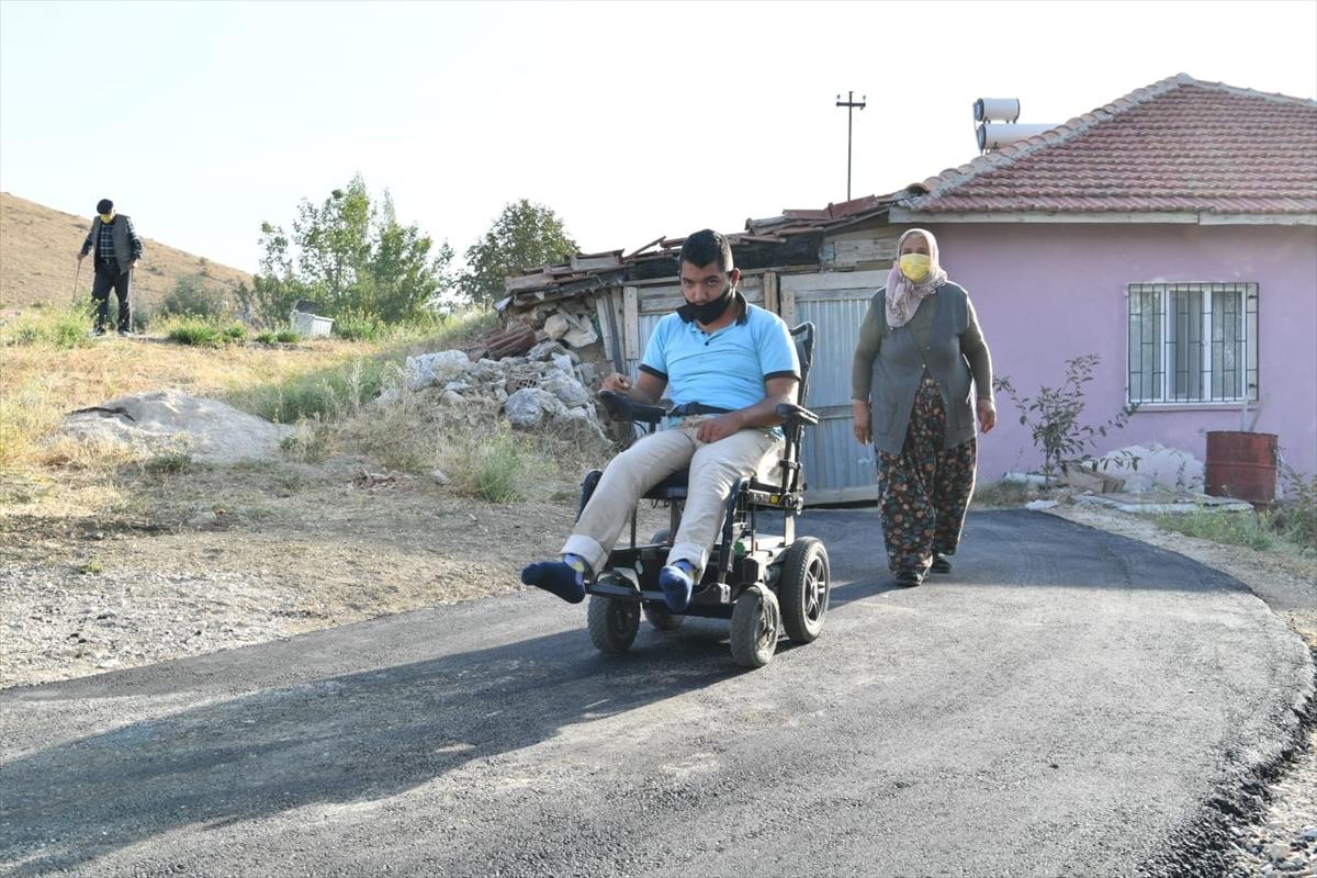 Tekerlekli sandalyeli Ümit'in kapısının önü rahat dolaşsın diye asfaltlandı