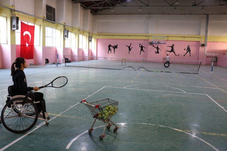Tenisle engellerini unutan Şırnaklı gençlerin hedefi milli formayı giymek