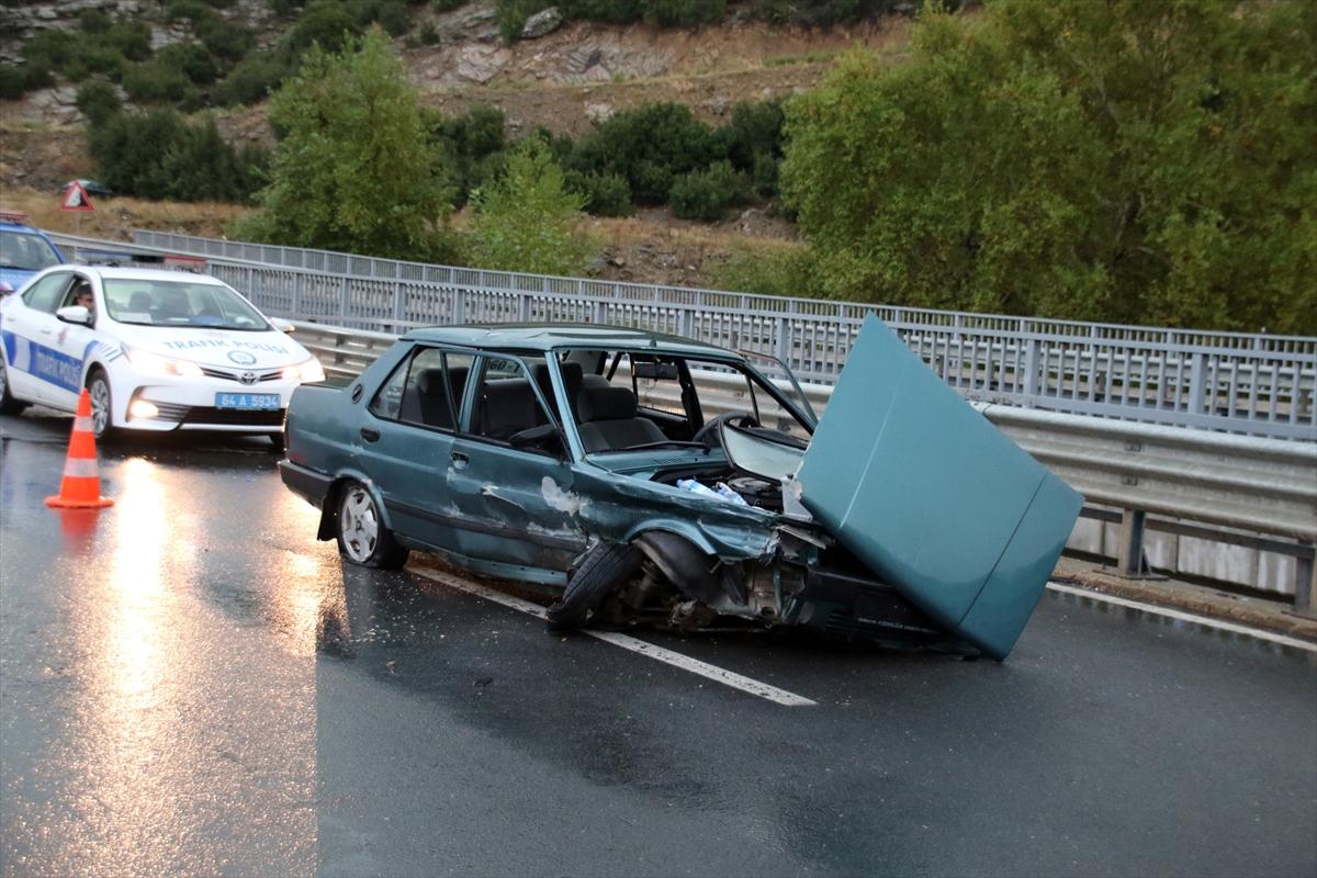 Uşak'ta otomobilin bariyerlere çarpması sonucu 5 kişi yaralandı