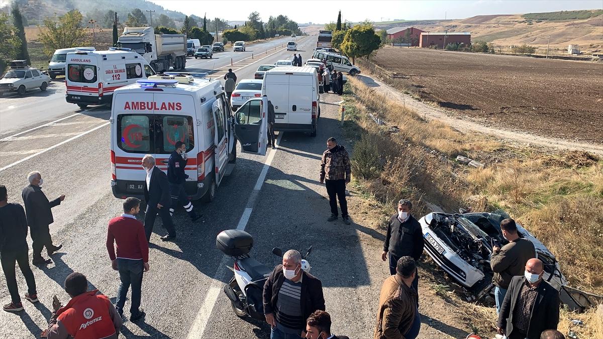 Adıyaman'da iki otomobil çarpıştı: 1 ölü, 4 yaralı