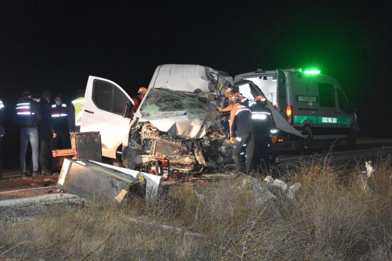 GÜNCELLEME – Afyonkarahisar'da yolcu otobüsü ile kamyonet çarpıştı: 1 ölü, 5 yaralı