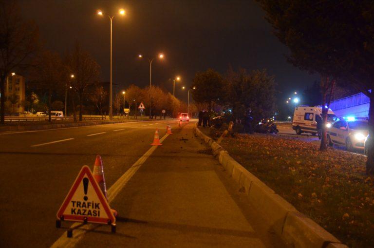 Ağaca çarpan aracın sürücüsü hayatını kaybetti