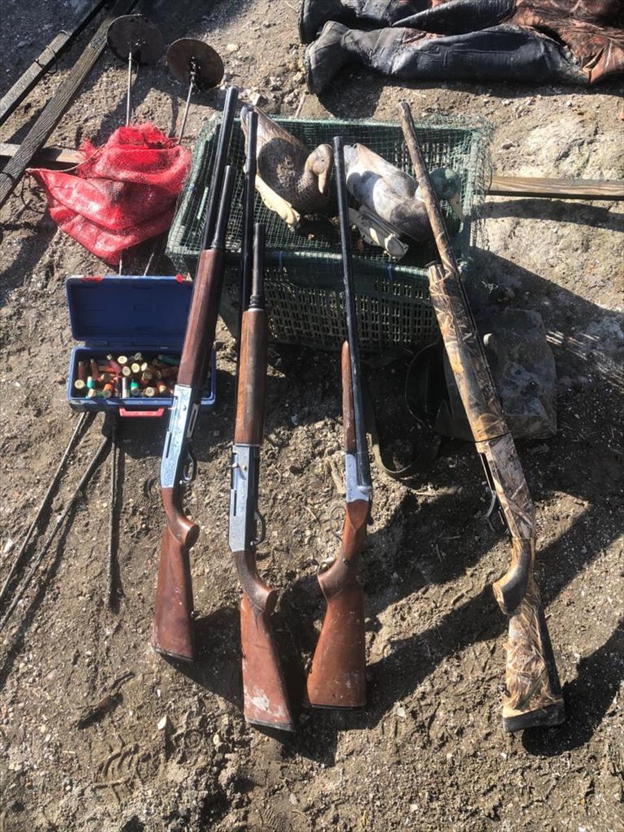 Bursa'da gölde mahsur kalan kaçak avcıları jandarma kurtardı