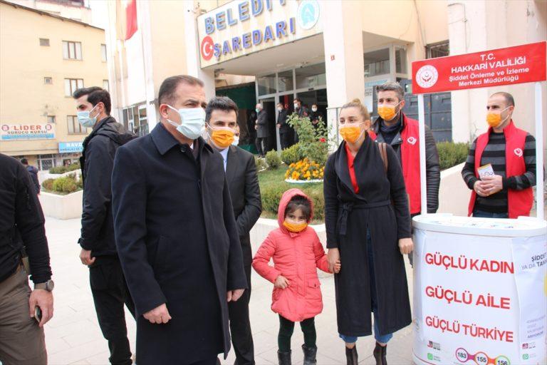 Hakkari'de polis kent merkezinde broşür dağıtarak KADES'i anlattı