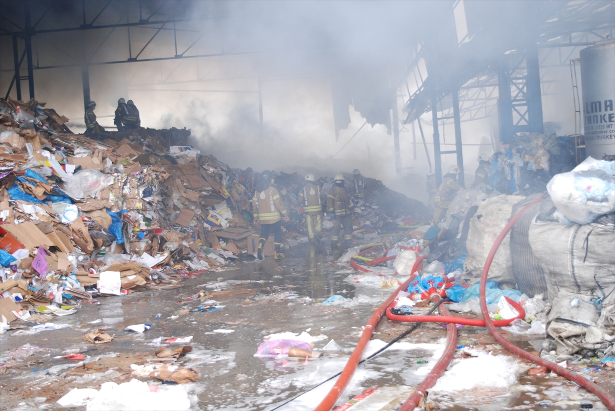 GÜNCELLEME – Kartal'da atık kağıt geri dönüşüm fabrikasında yangın