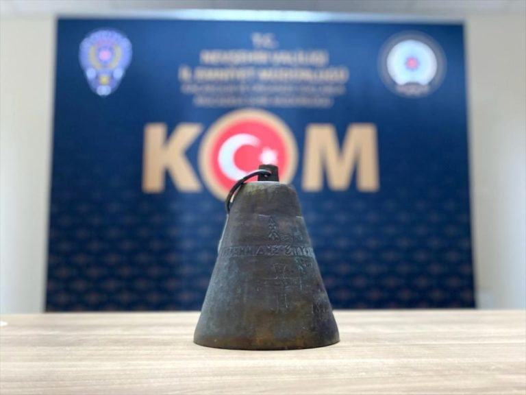 Nevşehir'de tarihi eser niteliğindeki çanı internetten satmaya çalışan zanlı yakalandı