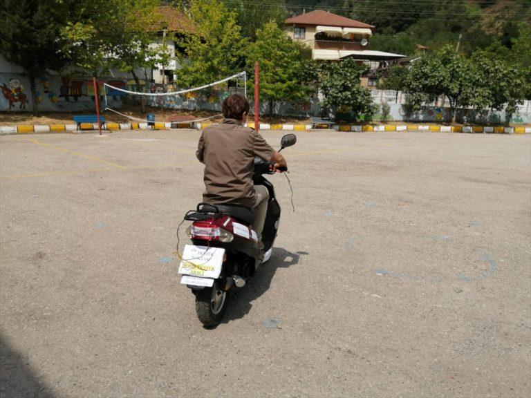 """Nuray öğretmen motosikletini """"EBA Mobil Destek Aracı""""na dönüştürdü"""