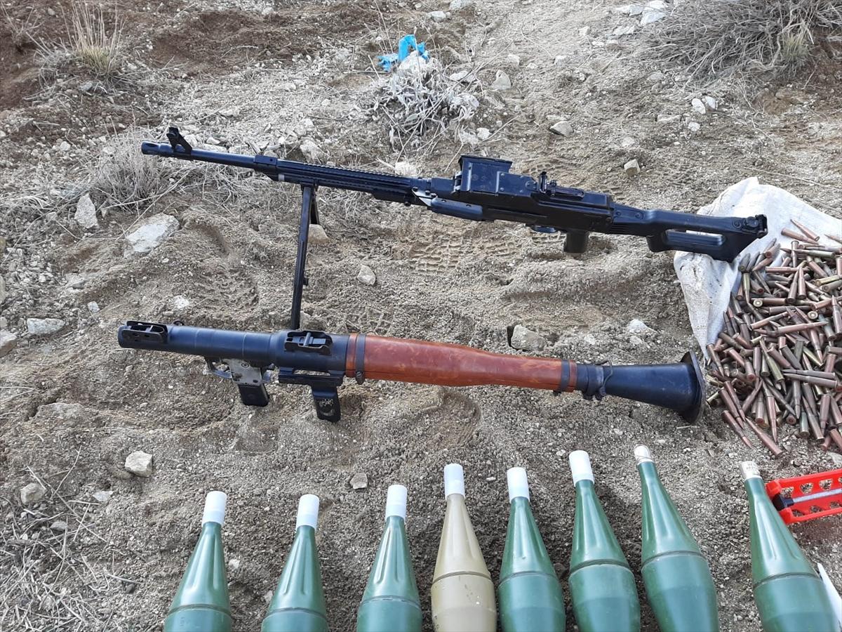 Van'da PKK'lı teröristlere ait silah ve uyuşturucu ele geçirildi