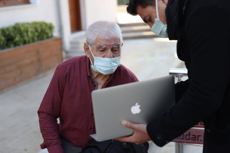 """65 yaş üstü vatandaşlar AA'nın """"Yılın Fotoğrafları"""" oylamasına katıldı"""
