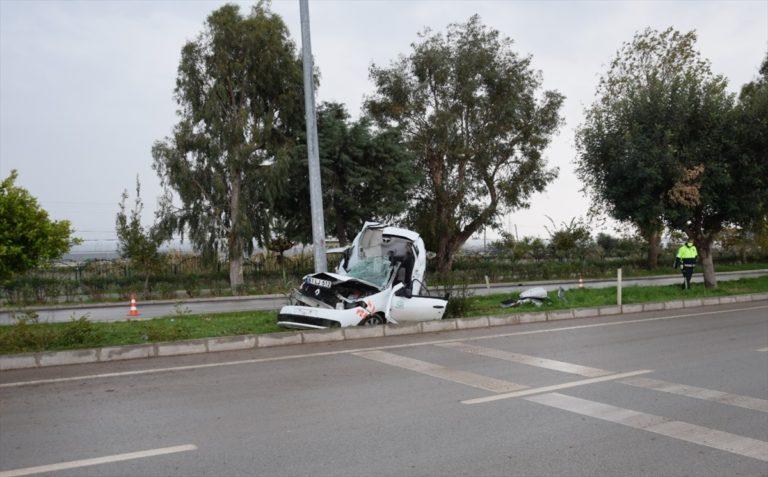 Antalya'da aydınlatma direğine çarpan otomobilin sürücüsü yaşamını yitirdi