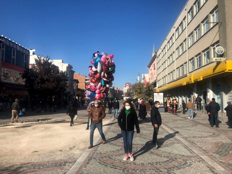 Edirne'de yoğun caddelere  kişi sınırlaması getirildi