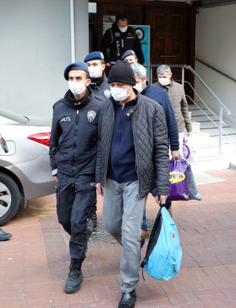 İzmir merkezli FETÖ operasyonunda gözaltına alınan 40 eski polis, adliyeye sevk edildi