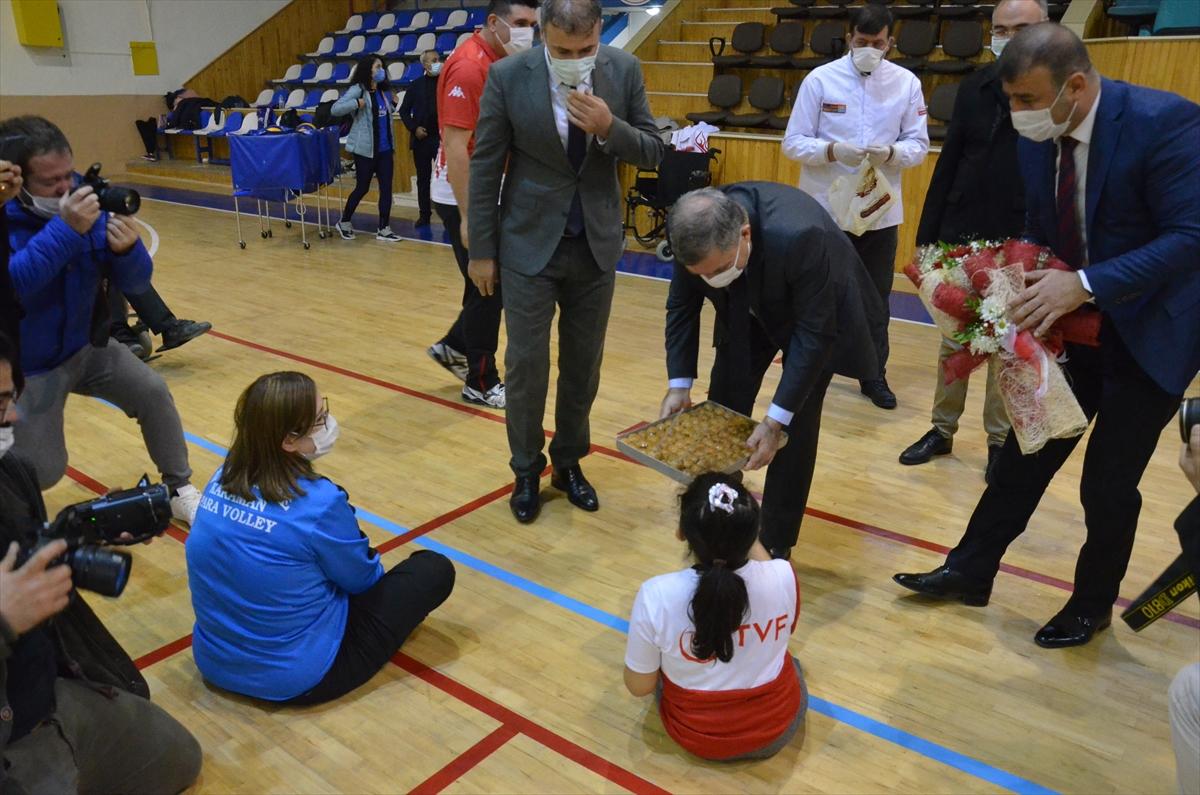 Karaman Valisi Işık, engelli sporcularla oturarak voleybol oynadı
