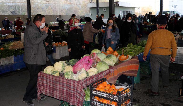 Kocaeli ve Karabük'te vatandaşlar kısıtlama öncesi açık alanlarda ve pazarda yoğunluk oluşturdu