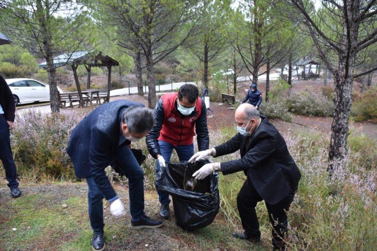 Muğla'da gönüllü gençler çevre temizliği yaptı