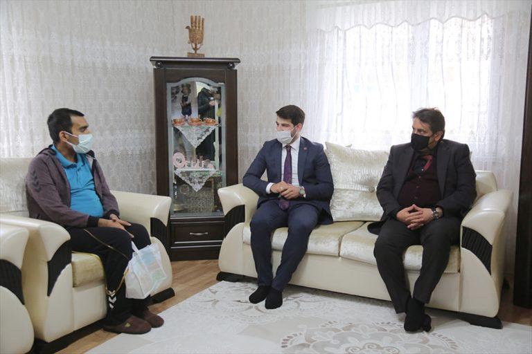 Sivas'ta kanseri 3 kez yenen üniversite öğrencisine bilgisayar desteği