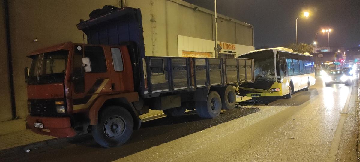 Ümraniye'de İETT otobüsü park halindeki kamyona çarptı